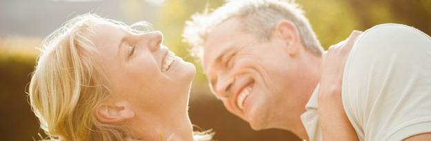 זוג מבוגר מאושר לאחר לקיחת תוסף אומגה 3
